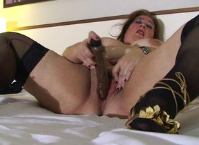 Big of age slut playing with her pussy on bed