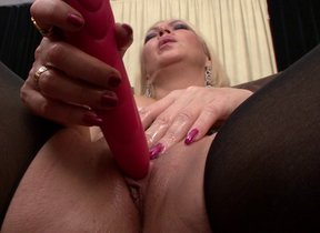 Sultry MILF playing with herself