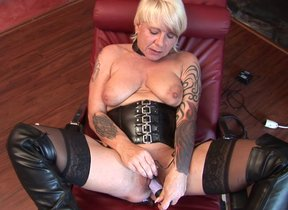 Kinky mature slut fisting themselves