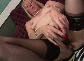 Sex-mad comme �a housewife carrying-on upon her..