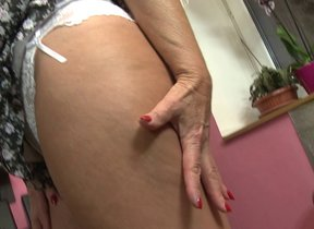 Horny older lady carrying-on hither the brush..