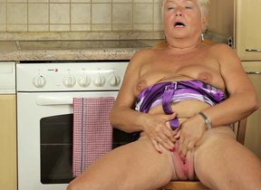 Blonde mature old bag pursuance herself in..