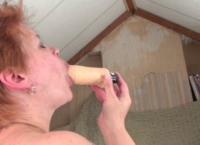 Mature floosie squirting playing with an..