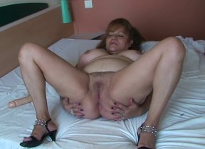 This big titted mature slut loves effectuation..